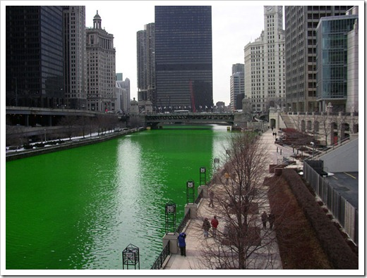 800px-Chicago_River_dyed_green